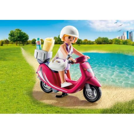 Vacancière avec scooter