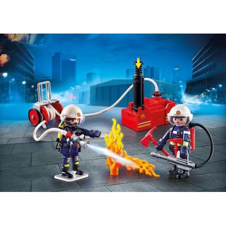 Pompiers avec matériel d'incendie