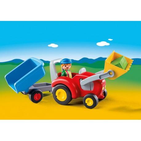 Fermier avec tracteur et remorque